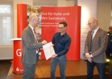 Daniel Wurbs von Turbine Halle erhält von Dr. Fox Sparkassencheck zur Sportförderung