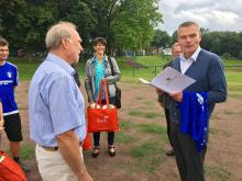 Minister Holger Stahlknecht übergibt an Vereinsvize Peter Reinke Fördermittelbescheid des Landes